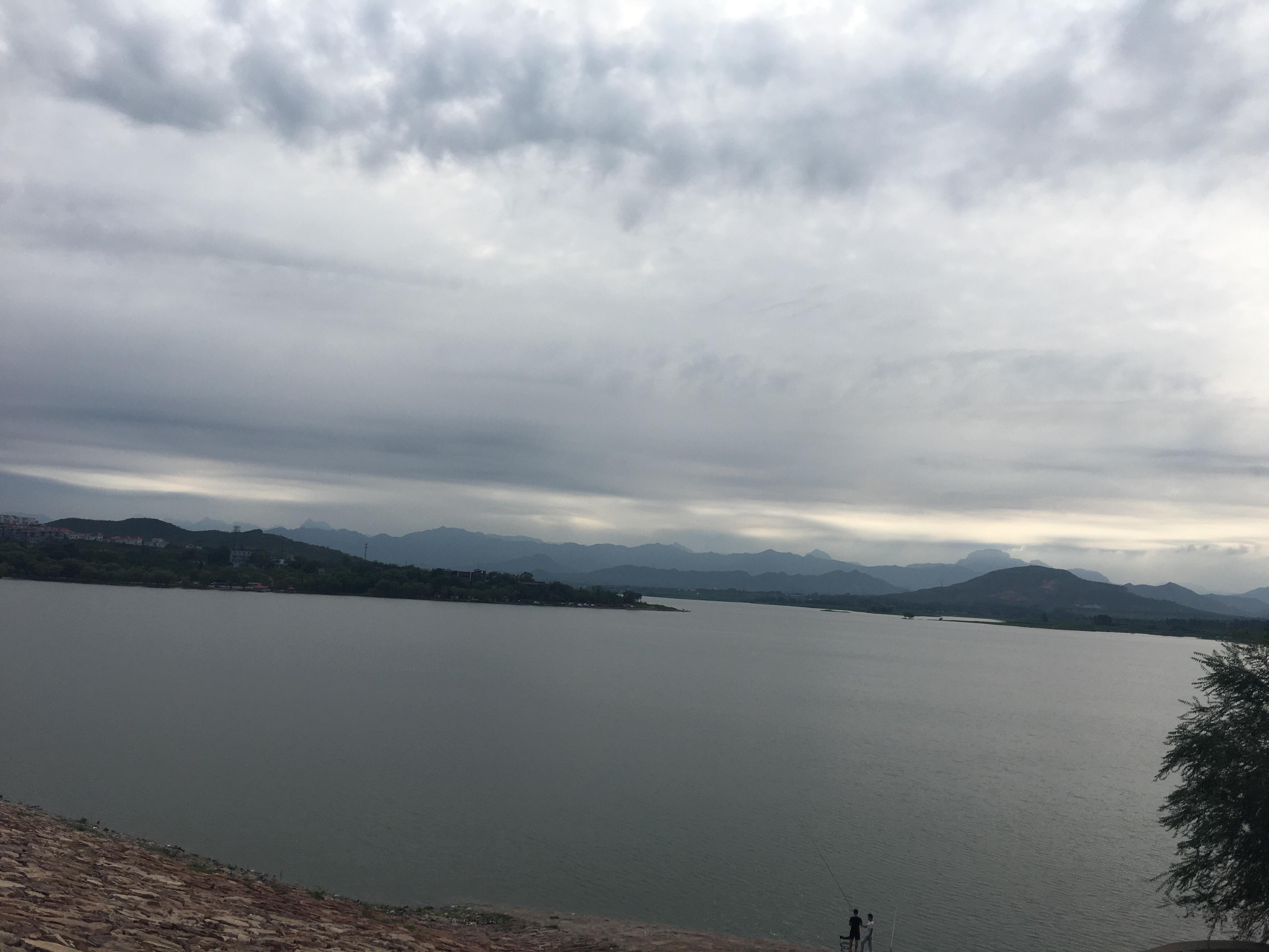 蟠龙湖风景图片,没事钓钓鱼也很休闲啊